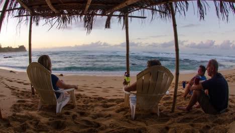 Disparo-De-Lapso-De-Tiempo-De-Familias-Disfrutando-De-Una-Vista-De-Cabaña-De-Una-Playa-En-Kauai-Hawaii