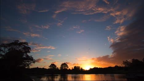 Lapso-De-Tiempo-Del-Atardecer-Y-El-Anochecer-Sobre-Un-Lago-En-Warwick-Queensland-Australia-1-Lapso-De-Tiempo-Del-Atardecer-Y-El-Anochecer-Sobre-Un-Lago-En-Warwick-Queensland-Australia-1
