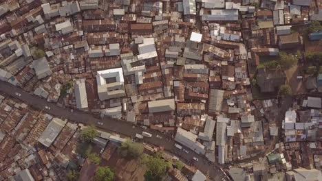 Bemerkenswerte-Luftaufnahme-Die-Direkt-über-Riesige-überbevölkerte-Slums-In-Kibera-Nairobi-Kenia-Blickt