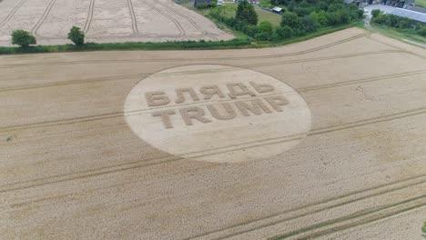 Tomas-Aéreas-De-Un-Círculo-De-Cultivo-En-El-Reino-Unido-Inglaterra-Con-Escritura-Sobre-Trump-6
