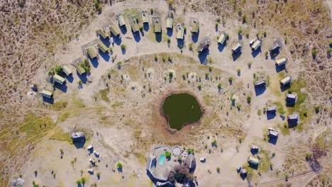 Bonita-Antena-Sobre-Un-Safari-Lodge-Alrededor-De-Un-Abrevadero-En-El-Parque-Nacional-Chobe-Botswana-África