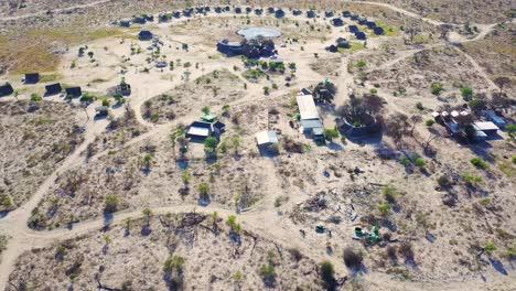 Bonita-Antena-Sobre-Un-Safari-Lodge-Alrededor-De-Un-Abrevadero-En-El-Parque-Nacional-Chobe-Botswana-África-2