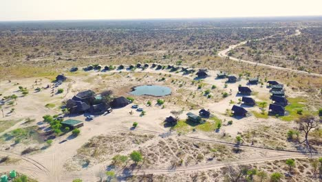 Bonita-Antena-Sobre-Un-Safari-Lodge-Alrededor-De-Un-Abrevadero-En-El-Parque-Nacional-Chobe-Botswana-África-3