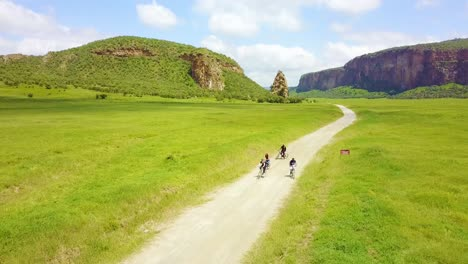 Antena-De-Un-Grupo-De-Cuatro-Ciclistas-Que-Viajaban-En-El-Parque-Nacional-Hell&#39-s-Gate-El-Valle-Del-Rift-Kenia-África