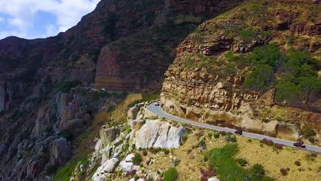 Antenne-Von-Zwei-Motorrädern-Die-An-Der-Wunderschönen-Küste-Und-Den-Schmalen-Straßen-Südlich-Von-Kapstadt-Südafrika-Unterwegs-Sind