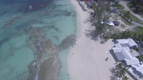 Slow-vista-aérea-tilt-up-reveals-the-coast-of-the-Bahamas-with-luxury-resort-hotels