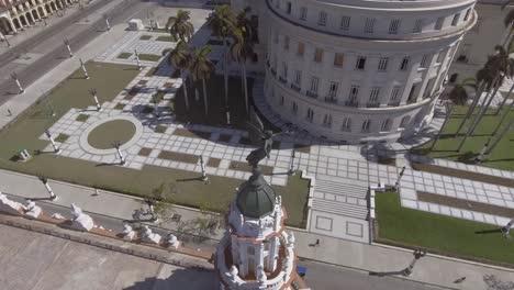 Absteigende-Antenne-Des-Alten-Hauptstadtgebäudes-In-Havanna-Kuba-Und-Stadtbildhintergrund