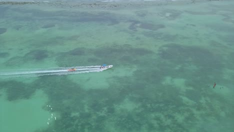 Antenne-über-Touristen-Die-Ein-Bananenboot-Im-Strandviertel-Boca-Chica-In-Der-Dominikanischen-Republik-Fahren-1