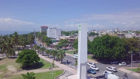 Antenne-Um-Eine-Statue-Mit-Der-Hauptstadt-Der-Dominikanischen-Republik-Santo-Domingo-Im-Hintergrund
