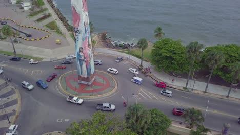 Antenne-über-Einer-Bemalten-Christlichen-Statue-An-Einem-Kreisverkehr-In-Santo-Domingo-Der-Hauptstadt-Der-Dominikanischen-Republik