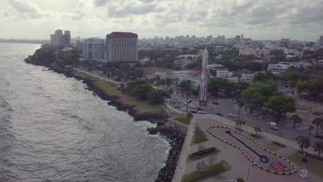 Antenne-über-Einer-Bemalten-Christlichen-Statue-An-Einem-Kreisverkehr-Im-Kreisverkehr-Zeigt-Santo-Domingo-Die-Hauptstadt-Der-Dominikanischen-Republik