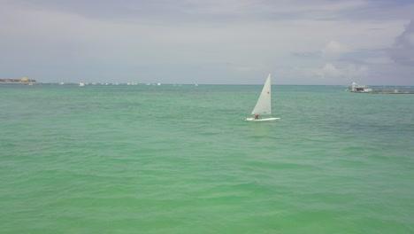 Antena-Sobre-Turista-Navegando-En-Un-Pequeño-Velero-En-El-Distrito-De-Playa-De-Boca-Chica-En-La-República-Dominicana