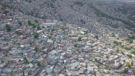 Increíble-Antena-Sobre-Los-Barrios-De-Tugurios-Favela-Y-Barrios-De-Chabolas-En-El-Distrito-De-Cite-Soleil-De-Port-Au-Prince-Haití-Con-Estadio-De-Fútbol-En-Primer-Plano-3