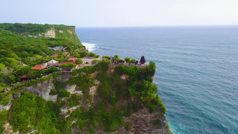 Vista-Aérea-over-the-beautiful-Hindu-temple-Tanah-Lot-perched-on-a-cliff-in-Bali-Indonesia