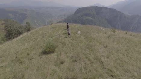 Antena-De-Gente-Caminando-En-La-Cima-De-Una-Colina-Cerca-De-La-Aldea-De-Lukomir-En-Bosnia-Antigua-Yugoslavia