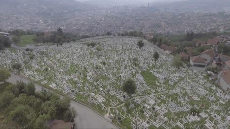 Antena-De-Un-Gran-Cementerio-Con-Lápidas-Cerca-De-Sarajevo-Bosnia-Tras-La-Devastadora-Guerra-Civil-En-La-Antigua-Yugoslavia
