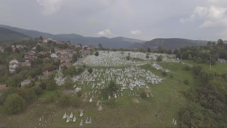 Antena-De-Un-Gran-Cementerio-Con-Lápidas-Cerca-De-Sarajevo-Bosnia-Tras-La-Devastadora-Guerra-Civil-En-La-Antigua-Yugoslavia-1