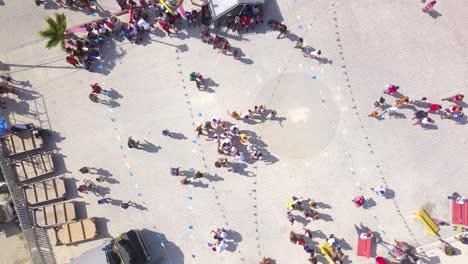 Antena-Drone-Ascendente-Mirando-Hacia-Abajo-A-La-Gente-Pasando-Un-Buen-Rato-En-Una-Feria-Estatal-O-Carnaval-En-Belice