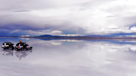 Antena-De-Personas-Y-Jeeps-En-El-Salar-De-Uyuni-Con-Reflejos-Perfectos-En-Bolivia