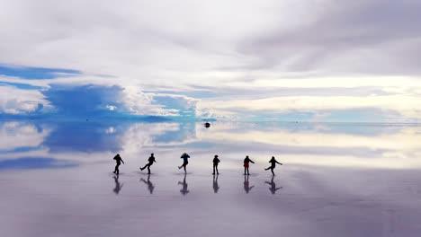 Antena-De-Siluetas-De-Personas-Bailando-En-El-Salar-De-Uyuni-Con-Reflejos-Perfectos-En-Bolivia-1