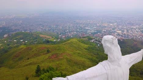 Toma-Aérea-Alrededor-De-La-Estatua-De-Cristo-Rey-En-Cali-Colombia-1
