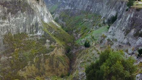 Luftaufnahme-Tiefer-Canyon-In-Der-Nähe-Von-Quilotoa-Ecuador-Caldera-In-Den-Anden