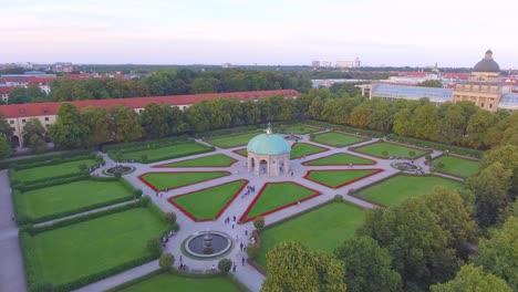 Antena-Sobre-El-Parque-Hofgarten-Con-Pasarelas-De-Patrón-En-Munich-Baviera-Alemania