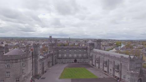 Elevación-De-La-Antena-Sobre-El-Castillo-De-Kilkenny-En-Irlanda