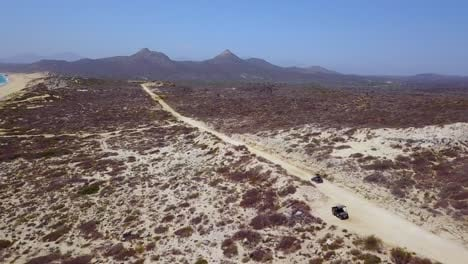 Buena-Antena-De-Un-ATV-A-Exceso-De-Velocidad-En-Un-Camino-De-Tierra-Cerca-De-Cabo-Baja-México-2