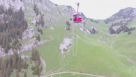 Bemerkenswerte-Und-Verrückte-Aufnahme-Eines-Bungee-Jumpers-Der-Von-Einer-Seilbahn-In-Der-Schweiz-Taucht-1