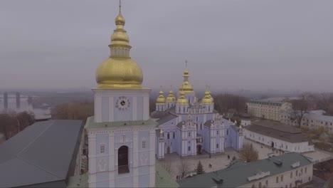 Antena-Alrededor-De-Un-Monasterio-De-Cúpula-Dorada-De-San-Miguel-La-Iglesia-De-Estilo-Ortodoxo-Ruso-En-Kiev-Ucrania
