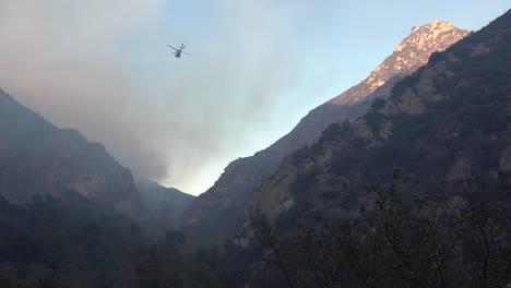 Un-Helic�ptero-Hace-Gotas-De-Agua-Durante-El-Incendio-De-Woolsey-Cerca-De-Malibu-California-A-Helicopter-Makes-Water-Drops-During-The-Woolsey-Fire-Near-Malibu-California