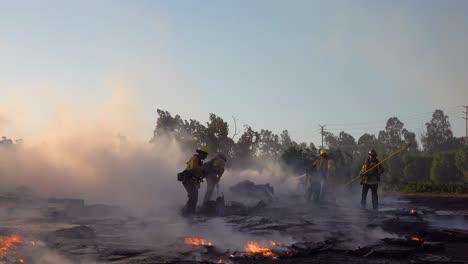 El-Fuego-De-Tierra-Arde-Mientras-Los-Bomberos-Luchan-Contra-Una-Estructura-En-Llamas-Durante-El-Desastre-De-Incendios-Forestales-De-Easy-Fire-En-Las-Colinas-Cerca-De-Simi-Valley-En-El-Sur-De-California-1-El-Fuego-De-Tierra-Arde-Mientras-Los-Bomberos-Luchan-Contra-Una-Estructura-En-Llamas-Durante-El-Desastre-De-Incendios-Forestales-De-Easy-Fire-En-Las-Colinas-Cerca-De-Simi-Valley-En-El-Sur-De-California-1