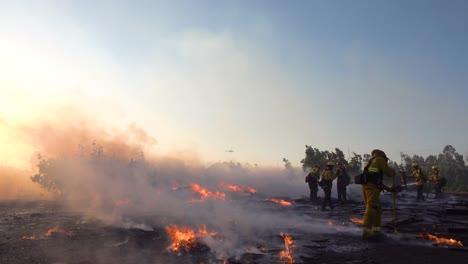 Bodenfeuer-Brennt-Während-Feuerwehrleute-Eine-Brennende-Struktur-Während-Der-Waldbrandkatastrophe-In-Den-Hügeln-In-Der-Nähe-Des-Simi-Valley-In-Südkalifornien-Bekämpfen-3