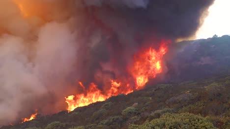 Un-Wildifre-Vasto-Y-De-Rápido-Movimiento-Arde-Como-Un-Enorme-Incendio-De-Matorrales-En-Las-Laderas-Del-Sur-De-California-Durante-El-Incendio-De-La-Cueva-En-Santa-Bárbara-1