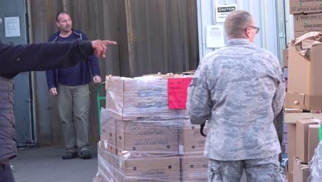 US-Armeesoldaten-Verteilen-Lebensmittel-In-Einer-Lebensmittelbank-In-Santa-Barbara-Kalifornien-Während-Des-Ausbruchs-Des-Covid19-Coronavirus-Notfall-Pandemie-Ausbruchs-Lebensmittelknappheit