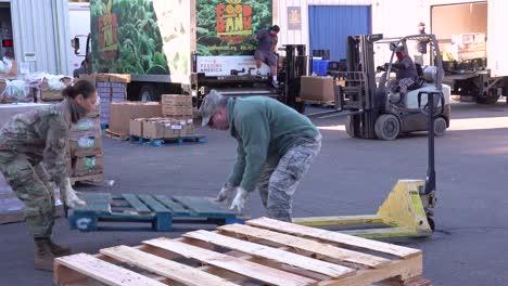 US-Armeesoldaten-Verteilen-Lebensmittel-In-Einer-Lebensmittelbank-In-Santa-Barbara-Kalifornien-Während-Des-Ausbruchs-Des-Covid19-Coronavirus-Notfall-Pandemie-Ausbruchs-Lebensmittelknappheit-1