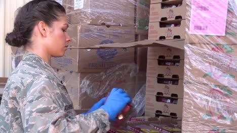 US-Armeesoldaten-Verteilen-Lebensmittel-In-Einer-Lebensmittelbank-In-Santa-Barbara-Kalifornien-Während-Des-Ausbruchs-Des-Covid19-Coronavirus-Notfall-Pandemie-Ausbruchs-Lebensmittelknappheit-2