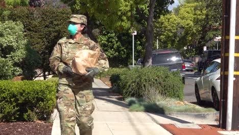 Uns-Armeesoldaten-Verteilen-Lebensmittel-In-Santa-Barbara-Kalifornien-Während-Des-Kovid19-koronavirus-ausbruchs-Notfallpandemie-Ausbruch-Lebensmittelknappheit