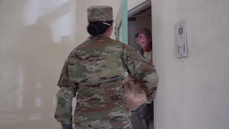 US-Armeesoldaten-Verteilen-Lebensmittel-In-Santa-Barbara-Kalifornien-Während-Des-Ausbruchs-Des-Covid19-Coronavirus-Notfall-Pandemie-Ausbruchs-Lebensmittelknappheit-1