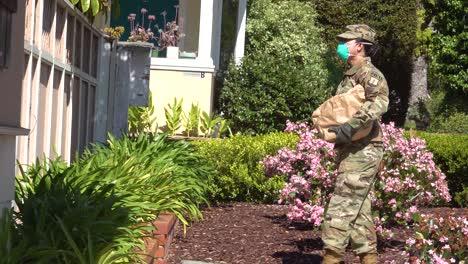 US-Armeesoldaten-Verteilen-Lebensmittel-In-Santa-Barbara-Kalifornien-Während-Des-Ausbruchs-Des-Covid19-Coronavirus-Notfall-Pandemie-Ausbruchs-Lebensmittelknappheit-2