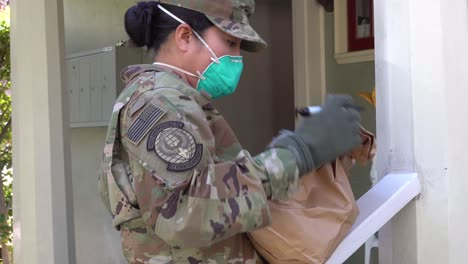 US-Armeesoldaten-Verteilen-Lebensmittel-In-Santa-Barbara-Kalifornien-Während-Des-Ausbruchs-Des-Covid19-Coronavirus-Notfall-Pandemie-Ausbruchs-Lebensmittelknappheit-3