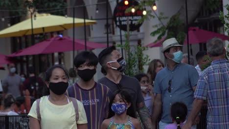 La-Gente-Camina-Y-Cena-Al-Aire-Libre-En-La-Calle-En-Santa-Bárbara-California-Durante-El-Brote-Pandémico-Epidémico-De-Coronavirus-Covid-19