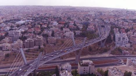 Alta-Antena-Sobre-La-Ciudad-De-Ammán-Jordania-Y-Abdoun-Bridge-Con-Tráfico-De-Vehículos