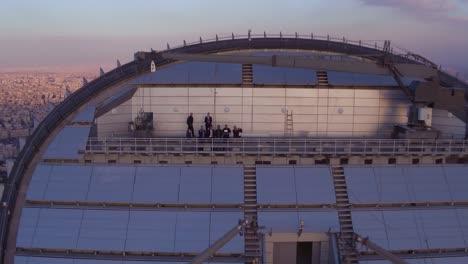 Retirada-Aérea-Desde-La-Parte-Superior-De-Un-Edificio-Alto-En-Ammán-Jordania-Para-Revelar-El-Horizonte-Al-Atardecer