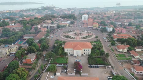 Buena-Antena-Sobre-Bissau-En-Guineabissau-Rotonda-De-África-Occidental-Y-Calles-Una-Típica-Ciudad-De-África-Occidental