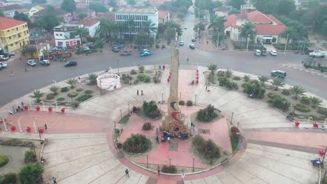 Buena-Antena-Sobre-Bissau-En-Guineabissau-Rotonda-De-África-Occidental-Y-Calles-Una-Típica-Ciudad-De-África-Occidental-2