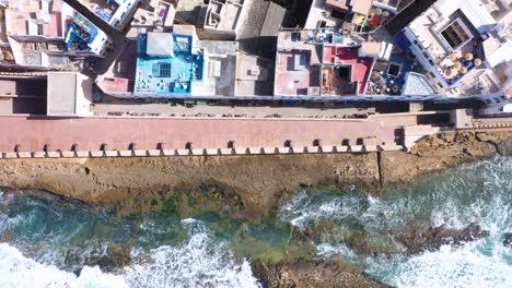 Bonita-Y-Colorida-Antena-De-Arriba-Hacia-Abajo-Sobre-La-Antigua-Ciudad-De-Essaouira-Marruecos-Con-Murallas-Y-Medina