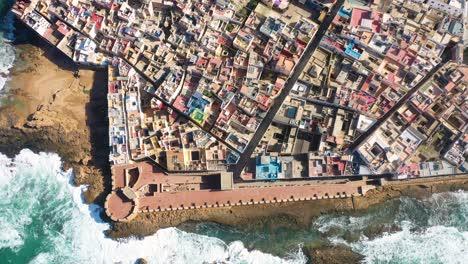 Bonita-Y-Colorida-Antena-De-Arriba-Hacia-Abajo-Sobre-La-Antigua-Ciudad-De-Essaouira-Marruecos-Con-Murallas-Y-Medina-1