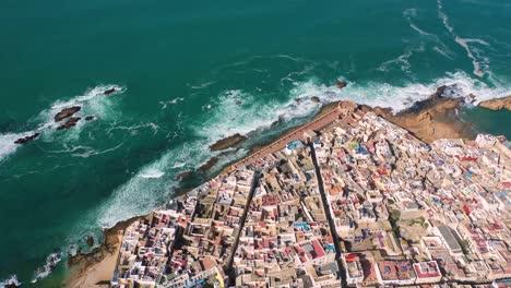 Alta-Antena-Sobre-La-Antigua-Ciudad-De-Essaouira-Marruecos-Con-Murallas-Y-Medina-1